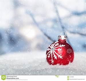 Boule De Neige Noel : boule rouge de no l sur la neige contre le paysage de ~ Zukunftsfamilie.com Idées de Décoration