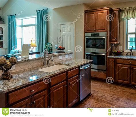 cuisine en dur cuisine avec des partie supérieure du comptoir de