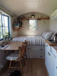Kleine Wohnung Optimal Nutzen : schubladen unter dem bett und der tisch ist an der wand montiert so nutzen sie stauraum clever ~ Indierocktalk.com Haus und Dekorationen