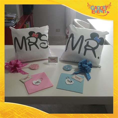 cuscini regalo coppia di cuscini e portachiavi personalizzati quot mr and mrs