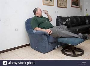 Entspannen Zu Hause : obese fat man resting stockfotos obese fat man resting bilder alamy ~ Buech-reservation.com Haus und Dekorationen
