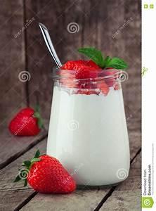 Holztisch Mit Glas : kleines glas auf holztisch mit jogurt mit frischer erdbeere stockfoto bild von pudding ~ Frokenaadalensverden.com Haus und Dekorationen