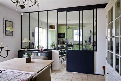 cuisine ouverte avec bar sur salon cuisine ouverte délimitée par une verrière ou un îlot bar