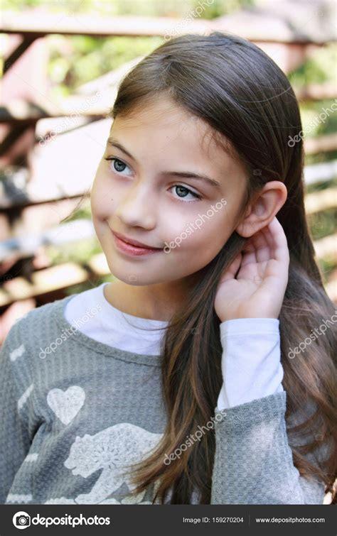 Pretty Tween Portrait Of A Beautiful Tween Girl — Stock