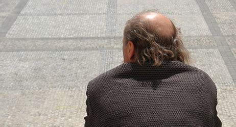 schmerzen auf der kopfhaut bei berührung haarausfall symptome apotheken umschau