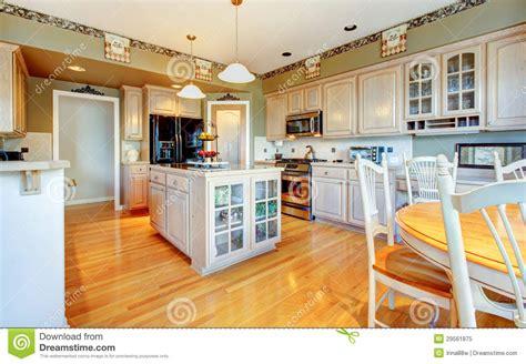 plancher bois cuisine grande cuisine blanche avec le plancher en bois dur