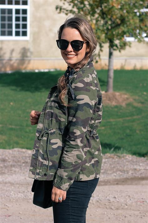 outfit   wear  camouflage jacket  side  style