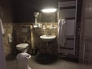 Salle De Bain Sans Fenetre : la chambre cagibi aussi glauque que sale photo de ~ Melissatoandfro.com Idées de Décoration