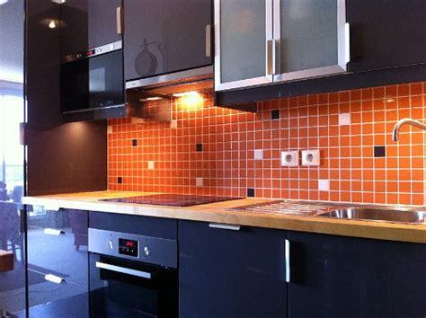 cr馘ence cuisine verre pose d une credence cuisine 28 images cuisine installation meubles fa 239 ence 233