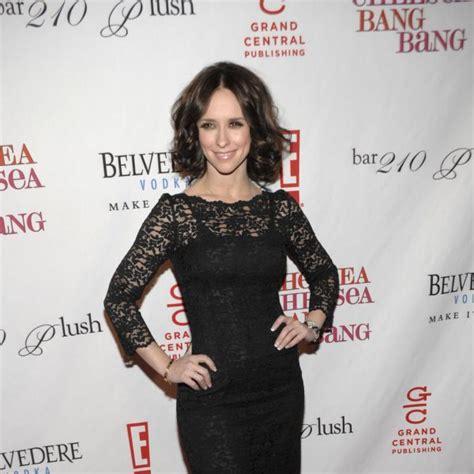 foto de Jennifer Love Hewitt con un vestido de encajeLas