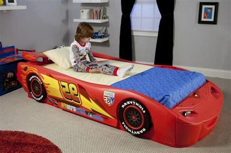 chambre de gar n le lit voiture pour la chambre de votre enfant archzine fr