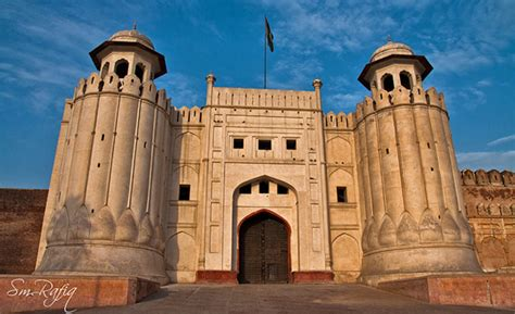 Tour Guides of Lahore Fort: The Men behind the Myths ...