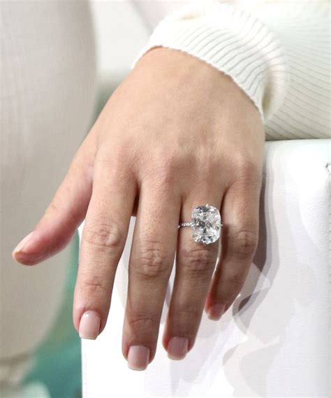 has a new ring that looks exactly like engagement ring who what wear