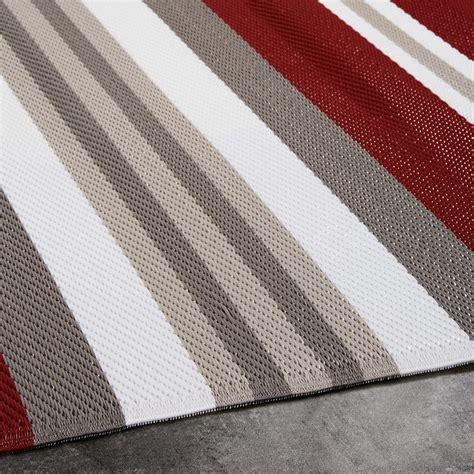 outdoor teppich rot outdoor teppich aus rot und wei 223 gestreiftem stoff 180x270