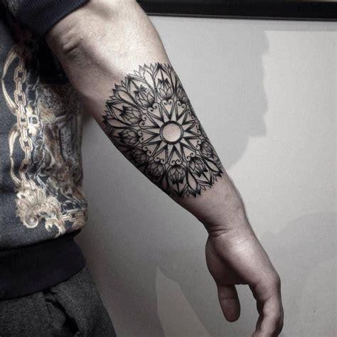 tatuaje de  mandala en el antebrazo derecho tatuajes