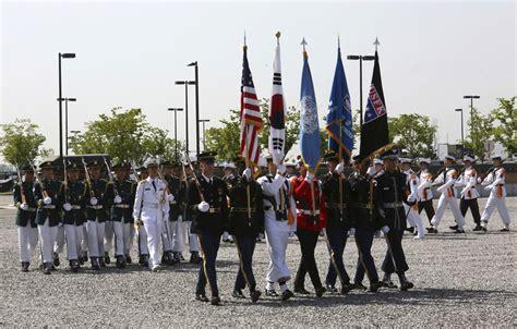 매년 6월 6일로, 전국 각지에서 나라를 위하여 목숨을 바친 애국선열과 국군장병들의 넋을 위로하고 그 충절을 추모하는 행사를 거행한다. 평택 미군 부대서 열린 미 현충일 기념식 - 조선닷컴 - IssuePhoto