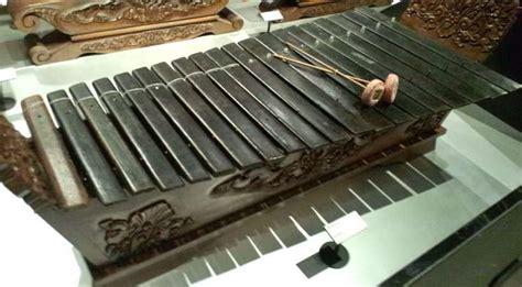 Sedangkan slenthem slendro memiliki nada c, d, e, g, a, c'. Bagaimana cara memainkan alat musik tradisional gambang ? - Seni Musik - Dictio Community