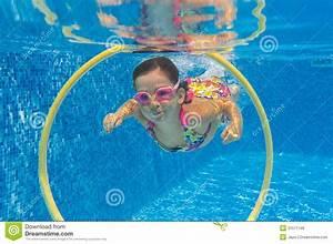 Rustine Piscine Sous L Eau : l 39 enfant actif heureux nage sous l 39 eau dans la piscine photos libres de droits image 31571148 ~ Farleysfitness.com Idées de Décoration