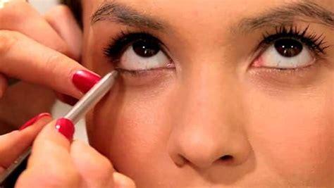 Как красиво накрасить глаза подводкой и тенями – пошагово .