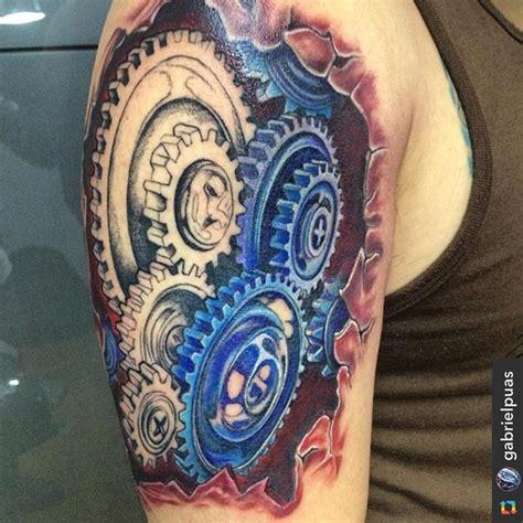 tattoo de engranajes en el brazo