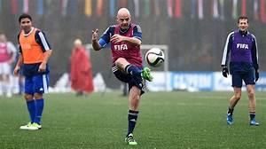 Image Gallery jugando futbol
