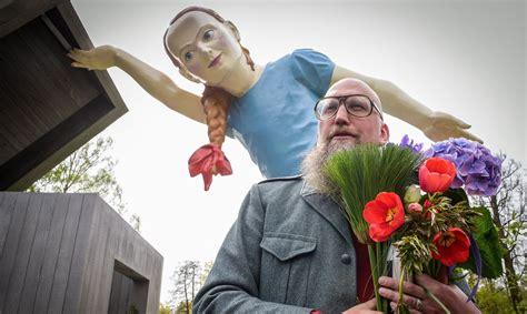Atklās 6 metrus augstu mediķiem veltītu Bikšes skulptūru ...