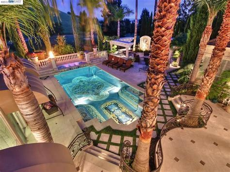 motley crue frontman vince neil selling stately mansion