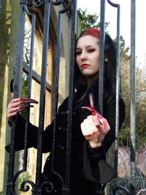 women  insanely long nails   klykercom