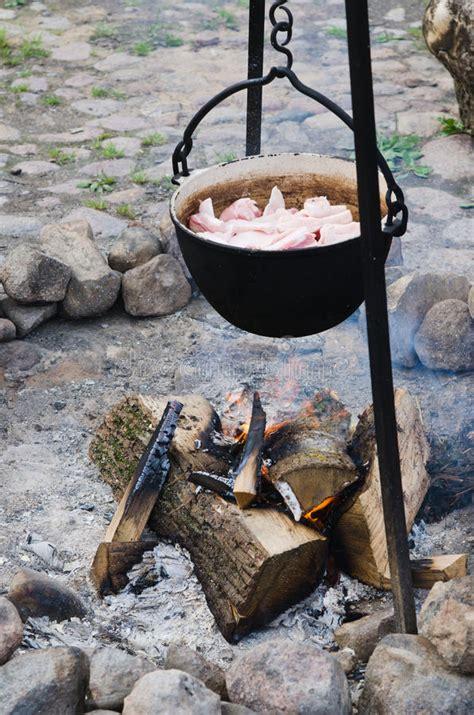 cuire un pot au feu vieux pot pour faire cuire au dessus d un feu de c image stock image 34112603