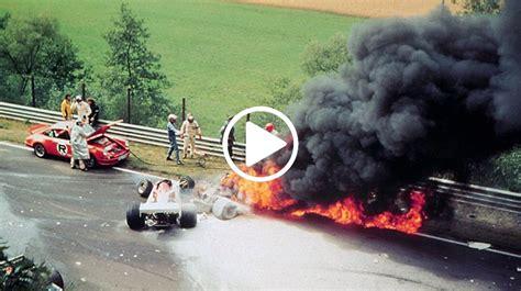 1975 gab lauda im nochmals weiterentwickelten modell ferrari 312t (nun mit quer eingebautem getriebe) des konstrukteurs mauro forghieri mit fünf saisonsiegen den ton an und fuhr unter anderem als erster und einziger fahrer auf dem damals 22,8 km langen nürburgring im training zum großen preis von deutschland mit 6:58,4 minuten eine zeit von unter sieben minuten. Niki Lauda Unfall - Niki Lauda - Wikipedia : Niki laudas ...