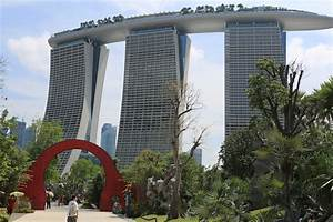 File:Moon gate, Gardens by the Bay, Singapore - 20120712 ...