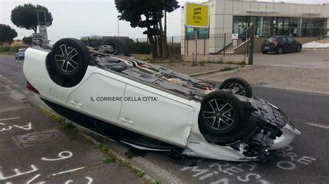 carrefour si鑒e auto pomezia tremendo incidente sulla via mare auto si cappotta grave il conducente foto