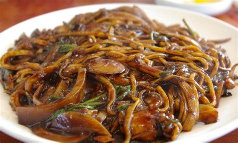 cuisiner nouilles chinoises nouilles chinoises sautées au poulet aux légumes marmite du monde