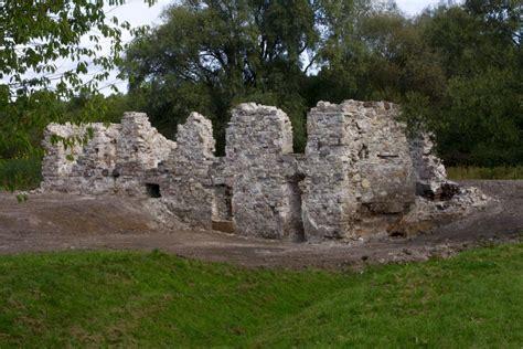 Mazjumpravas muižas ēkas drupas Ķengaragā - redzet.eu