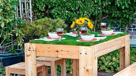 Immobilien: Zur Wm Gartentisch Mit Rollrasen Belegen