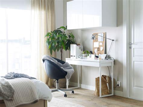 bureau dans armoire bureau blanc avec une chaise pivotante à roulettes