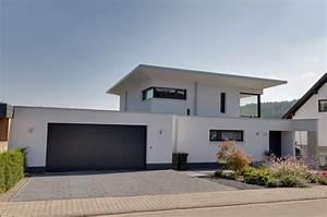 Einfamilienhaus Mit Garage : einfamilienhaus neubau mit doppelgarage in hanglage im ~ Lizthompson.info Haus und Dekorationen