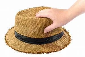 Chapeau De Paille Homme : homme tenant un chapeau de paille dans sa main image stock ~ Nature-et-papiers.com Idées de Décoration