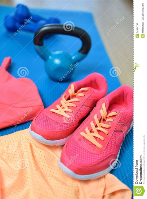 fitness kettlebell weights gym workout pink closeup outfit mat neon yoga attrezzatura fisica palestra scarpe primo forma piano dell clothes