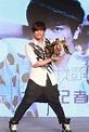 """黃鴻升北京發佈會「超有感」 現場""""翻牌""""過足""""皇帝""""癮 - WoWoNews"""