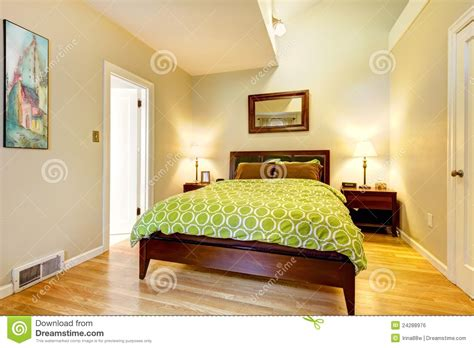 le chambre à coucher chambre à coucher verte et beige moderne avec le bâti brun