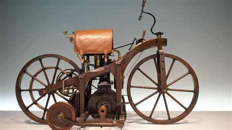 Das Erste Auto Mit Vier Rädern
