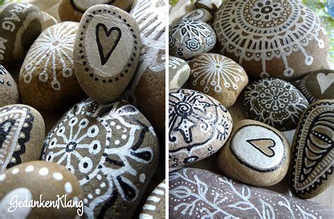 steine bemalen mit acrylfarbe diy bemalte steine black white gedankenklang magazin