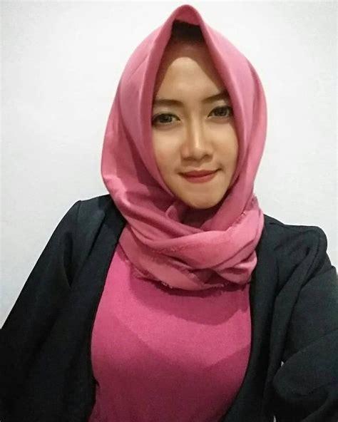 Fokus deh ke mata kucingnya, di dalemnya seperti ada sesuatu 😰😰 #jilbabinstan #jilbab #jilbabsyari #jilbabers hijab cantik, hijab syar'i, hijabers, hijab instan, hijab style, hijab alila, hijabchic, hijab wanita cantik, hijab adalah, hijab arrafi. Pin oleh Blacxranger di Jilbab di 2020   Kecantikan, Jilbab cantik, Wanita