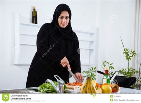femme arabe dans la cuisine photo stock image 41326576