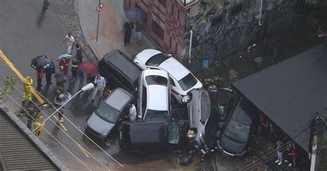 g1 chuva cria montanha de carros arrastados na vila