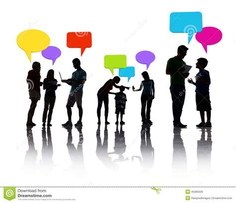 groupe bolloré siège social groupe de personnes discutant avec des bulles de la parole