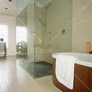 Begehbare Dusche Mit Glaswand Neben Einer Frei Stehenden
