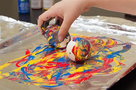 idee deco oeuf de paques crayon melting and painting eggs for easter for hub