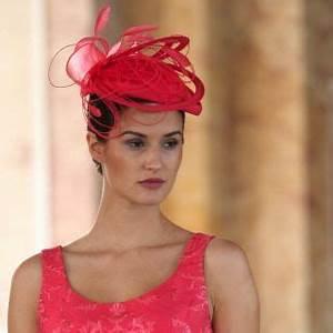 Chapeau Anglais Femme Mariage : bibi rouge paule vasseur chapeaux wedding dresses just married et red carpet party ~ Maxctalentgroup.com Avis de Voitures